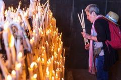L'EL Rocio, femmes de l'Espagne 22 mai 2015 allument des bougies au festival de Romeria EL Rocio Images libres de droits