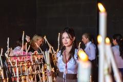 L'EL Rocio, femmes de l'Espagne 22 mai 2015 allument des bougies au festival de Romeria EL Rocio Photos libres de droits