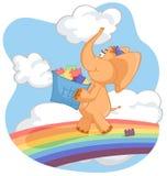 L'elefante arancio porta una scatola di giocattoli Immagini Stock