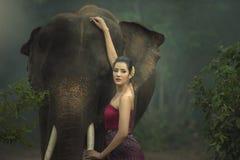 L'elefante con la donna fotografia stock