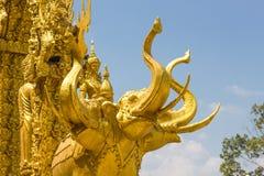 L'elefante dorato scolpisce la struttura della religione di buddismo Immagini Stock