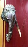 L'elefante le singole forcelle dell'avorio dirige una porta Fotografie Stock