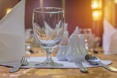L'eleganza dei vetri sulla tavola ha installato per stanza dinning Fotografie Stock