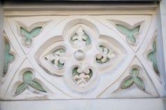 L'elemento di finitura di un gesso della facciata Il rettangolo dentro quattro fiori ai bordi dei petali è bianco alcuni elementi fotografia stock