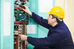 L'elettricista all'unità del fusibile di sicurezza sostituisce il lavoro Fotografie Stock Libere da Diritti