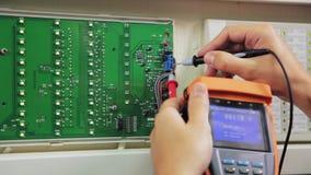 L'elettricista controlla il circuito con il metro al primo piano della sottostazione archivi video
