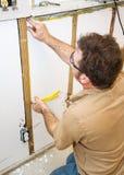 L'elettricista installa i collegamenti in parete fotografie stock libere da diritti