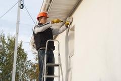 L'elettricista installa una lampada fotografie stock libere da diritti