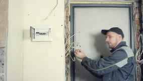 L'elettricista maschio riceve una corrente di dispersione video d archivio