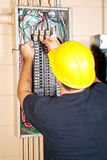 L'elettricista sostituisce l'interruttore Immagini Stock Libere da Diritti