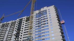 L'elevatore della costruzione va giù video d archivio