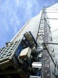 L'elevatore di merci sul legno della costruzione Fotografie Stock Libere da Diritti