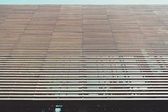 L'elevazione anteriore di legno di una casa fatta di legname battens fotografie stock libere da diritti