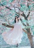 L'elfe incroyable et doux dans un luxueux, dentellent doucement la robe cette ondulation dans le vent La princesse avec de longs  image libre de droits