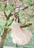 L'elfe incroyable et doux dans un luxueux, dentellent doucement la robe qui flotte dans le vent La princesse avec de longs cheveu photos stock