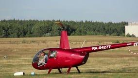 L'elicottero da atterrare, il pilota lascia la cabina di pilotaggio stock footage