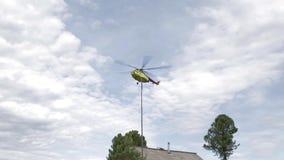 L'elicottero del passeggero sta atterrando sul villaggio siberiano di taiga stock footage