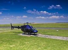 L'elicottero della Bell 407 ha parcheggiato sulla piazzola di eliporto Immagini Stock Libere da Diritti