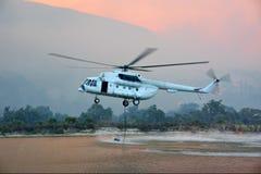 L'elicottero di salvataggio del fuoco riempie il serbatoio di acqua Fotografia Stock