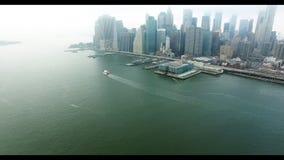 L'elicottero distante ha sparato del distretto finanziario di Manhattan dal fiume hudson con la barca che galleggia su  video d archivio