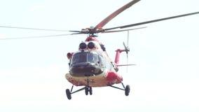 L'elicottero moderno della medicina di emergenza decolla all'aerodromo stock footage