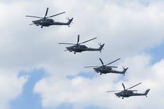 L'elicottero russo dell'aeronautica Mi-28 sorvola il quadrato rosso Immagine Stock