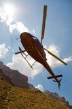 L'elicottero si avvicina all'atterraggio nel grande canyon Fotografie Stock