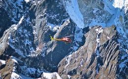 L'elicottero sta volando fra il picco di montagne della neve in alto Himalay Fotografie Stock