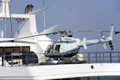 L'elicottero su un yacht del motore fotografie stock