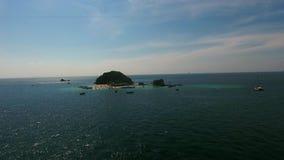 L'elicottero vola alla spiaggia in pieno della gente e delle barche al giorno di estate Fotografie Stock