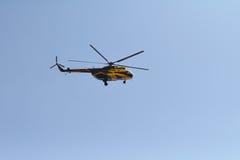 L'elicottero vola nel cielo Immagine Stock