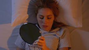 L'eliminazione graziosa della donna compone dal suo fronte, preparante per il sonno, punte di bellezza stock footage