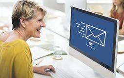 L'email de transmission de messages envoient le concept de communication d'enveloppe Photo libre de droits