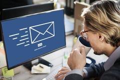 L'email de transmission de messages envoient le concept de communication d'enveloppe image stock