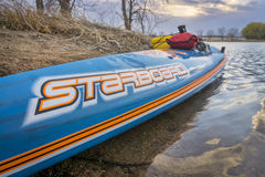 L'emballage d'All Star tiennent le paddleboard Image stock