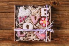 L'emballage de cadeau d'oiseau d'oiseau de fleur de selle d'amour de pain d'épice a coloré le commutateur Image libre de droits
