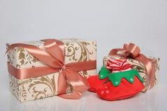 L'emballage de cadeau peut être de diverses tailles et couleurs mais la joie de les recevoir est toujours grande Image stock