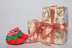 L'emballage de cadeau peut être de diverses tailles et couleurs mais la joie de les recevoir est toujours grande Photos stock