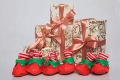 L'emballage de cadeau peut être de diverses tailles et couleurs mais la joie de les recevoir est toujours grande Photographie stock libre de droits