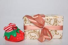 L'emballage de cadeau peut être de diverses tailles et couleurs mais la joie de les recevoir est toujours grande Images libres de droits