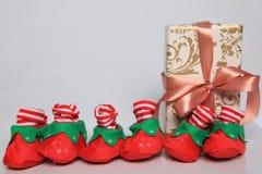 L'emballage de cadeau peut être de diverses tailles et couleurs mais la joie de les recevoir est toujours grande Images stock