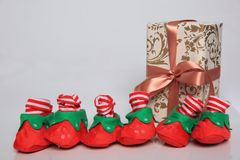 L'emballage de cadeau peut être de diverses tailles et couleurs mais la joie de les recevoir est toujours grande Photos libres de droits