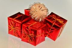 L'emballage de fête sur des cadeaux a complété avec un pompon crème photographie stock