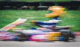L'emballage de kart fonctionne dans le domaine aussi rapide comme tache floue de mouvement T photo stock