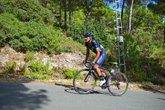 L'emballage du cycliste se levant sur colporte Photos libres de droits