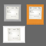 L'emballage jaune, gris et blanc partage la place et rectangulaire avec l'expéditeur et le récepteur de données sur un fond gris Photo stock