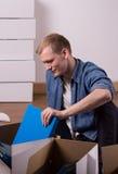 L'emballage masculin réserve dans le carton Images stock