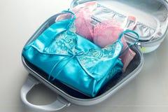 L'emballage vêtx dans le sac de voyage images stock