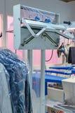 L'emballeur de vide des vêtements propres dans une blanchisserie Photo libre de droits