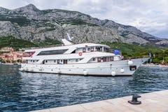 L'embarcation de plaisance avec les touristes gais entre dans le port de Makarska, Croatie Photos stock